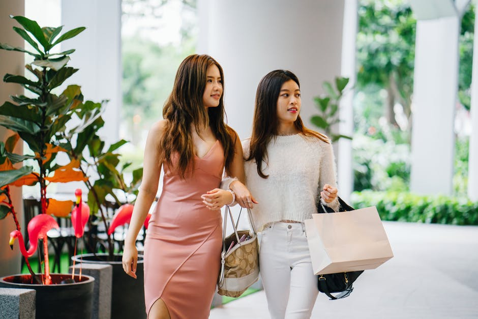 shopping girls using cashback apps